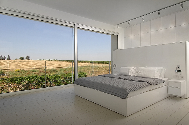 Klil touch sliding doors at the bedroom